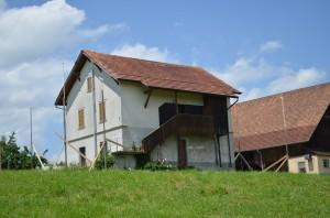 Das Jugendhaus und das Baugespann, welches die Grösse des neuen pfadijugendhuus anzeigt.